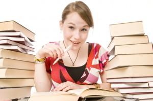 Für das Abitur lernen: Mädchen zwischen Büchern