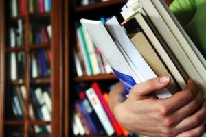 Viel lernen und Bücher lesen für das Abitur